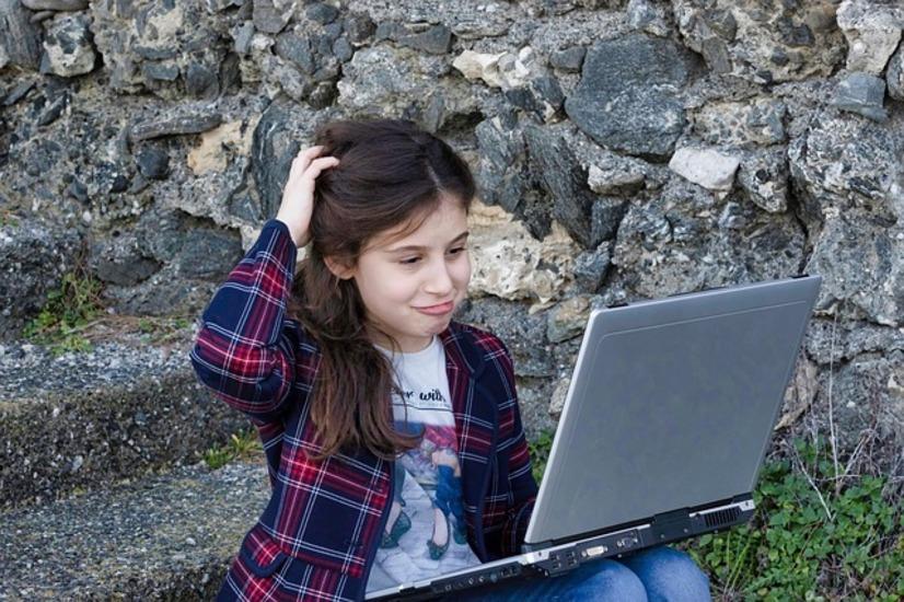 プログラミングについて悩む女の子